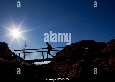 Australien Northern Territory Watarrka National Park Wanderer zu Fuß über die Fußgängerbrücke am Rand der Klippe - Stockfoto