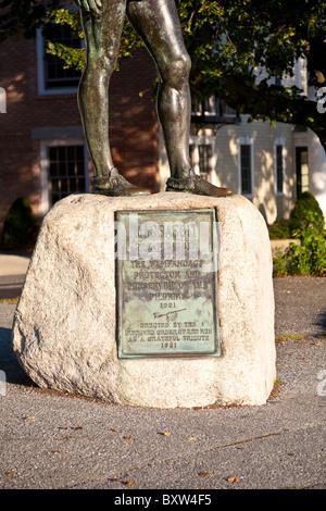 Gedenktafel an der Unterseite der Statue von Massasoit, Führer der Wampanoag-Konföderation in Plymouth Massachusetts - Stockfoto
