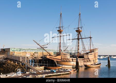 Mayflower II und andere Boote vertäut im Hafen von Plymouth im Morgengrauen in Plymouth Massachusetts - Stockfoto