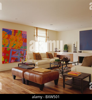 Braun Leder Hocker Und Cremefarbenen Sofas Im Wohnzimmer Moderne Stadthaus Mit Grossen Bunten Abstrakte Gemlde An