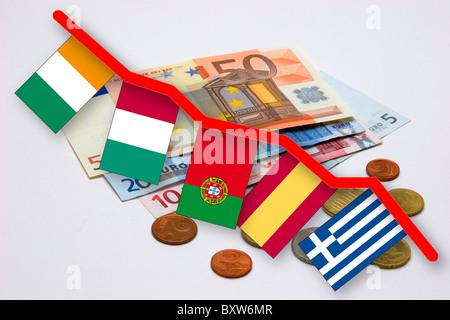 Währungskrise von das Euro-Symbol-Bild für den Wertverlust des Euro mit Fahnen der sogenannten Pigs Staaten (Piggs) - Stockfoto