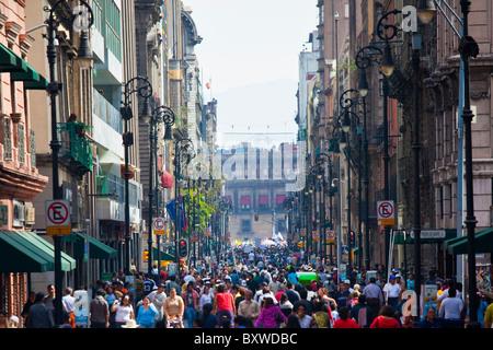 Belebten Straße in der Nähe von dem Zocalo, Mexiko-Stadt, Mexiko - Stockfoto