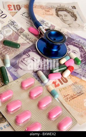 Pfund-Banknoten, Stethoskop, Pillen - NHS Gesundheitskosten / Gebühren in das britische Konzept - Stockfoto