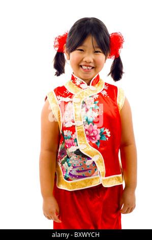 Kleine Asiatin in einem traditionellen roten Kleid, Chinese New Year, isoliert über weiß zu feiern - Stockfoto