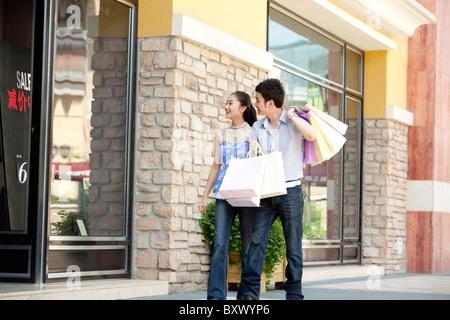 chinesische frauen gehen und einkaufen in clarence street fu g ngerzone die wichtigsten. Black Bedroom Furniture Sets. Home Design Ideas