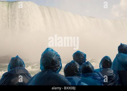 """Touristen auf der """"Maid of Nebel"""" touristischen Boot der kanadischen Horseshoe Falls, Teil der Niagarafälle anzeigen. - Stockfoto"""