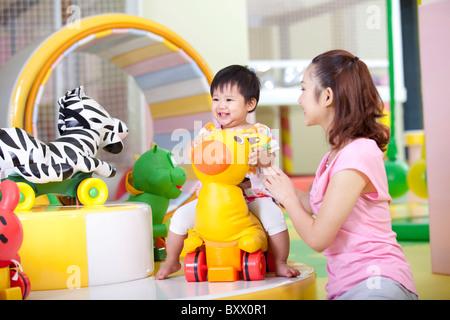Mutter mit Tochter spielen - Stockfoto