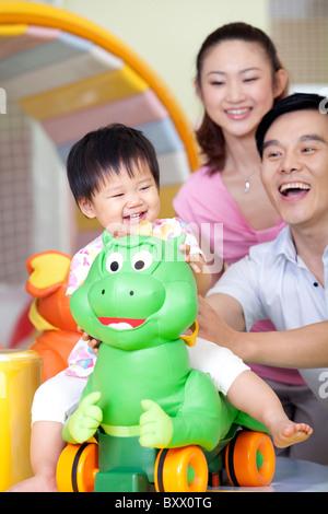 Familie zusammen spielen - Stockfoto