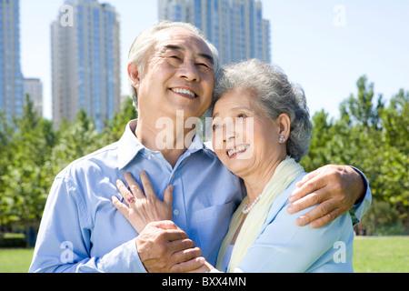 Ein älteres Paar im Park zu genießen - Stockfoto