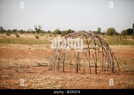 in der fulani dorf von jolooga in n rdlichen burkina faso sitzt eine familie auf einem. Black Bedroom Furniture Sets. Home Design Ideas