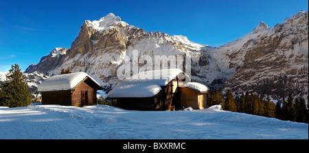 Berg-Chalet im Winter mit Blick auf das Wetterhorn-Berg. Grindelwald, Schweizer Alpen - Stockfoto