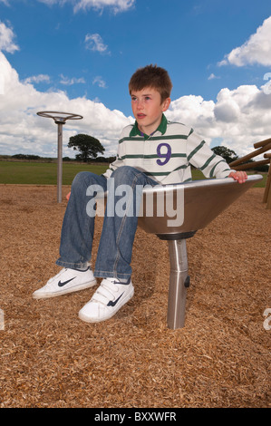Ein MODEL Release Bild eines elfjährigen Jungen in einem Spielpark im Vereinigten Königreich - Stockfoto