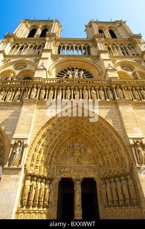 Paris - Frankreich - Notre-Dame - Vorderseite mit Sataues und Türme - Stockfoto