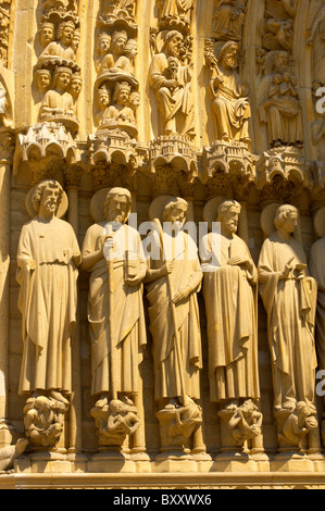 Paris - Frankreich - Notre-Dame - Vorderseite mit Sataues - Stockfoto
