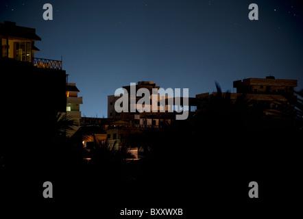 Dorf-Silhouette in der Nacht - Stockfoto