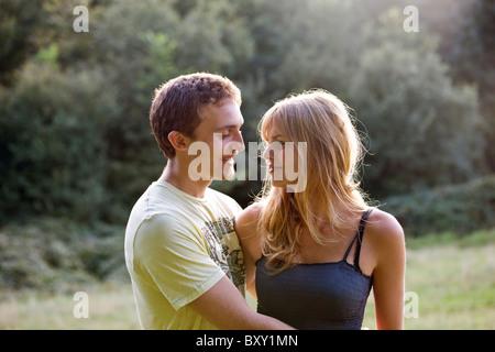 Ein romantisches junges Paar im Freien stehen - Stockfoto
