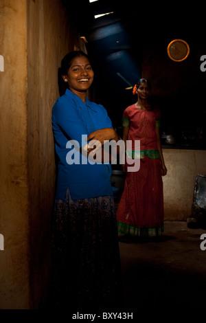Zwei schöne junge weibliche Indianerdorf Mädchen Lachen in einem dunklen rauchigen Dhaba-restaurant - Stockfoto