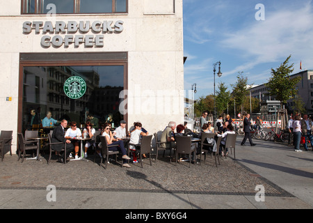 Starbucks-Kaffee am Brandenburger Tor (Brandenburger Tor) in Berlin - Stockfoto