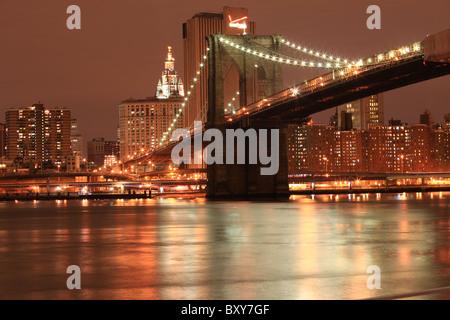 Brooklynbridge bei Nacht mit Manhattan im Hintergrund, New York City 2010 - Stockfoto