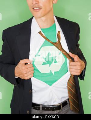 Geschäftsmann mit trägt T-shirt mit recycling-Zeichen unter Anzug, Studio gedreht - Stockfoto