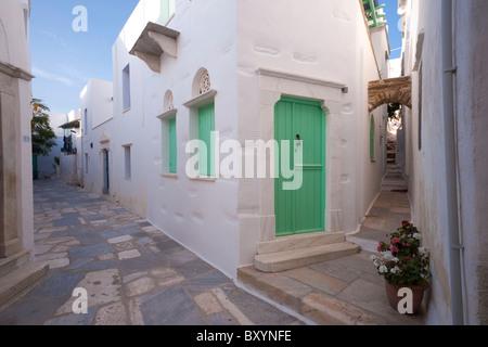 Kreuzung von zwei Gassen in der Ortschaft Pyrgos auf der griechischen Kykladen Insel Tinos. - Stockfoto