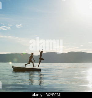 Jungs von Floß springen - Stockfoto