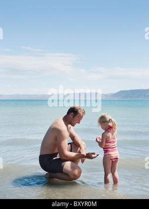 Vater und Tochter am See - Stockfoto