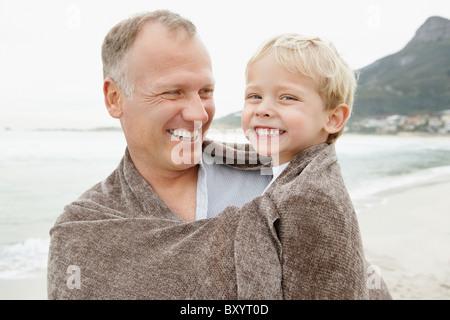 Vater mit Sohn am Strand - Stockfoto