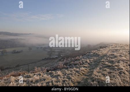 Eine Auffassung, die kurz nach Sonnenaufgang auf einem winterlichen Baildon Moor. - Stockfoto