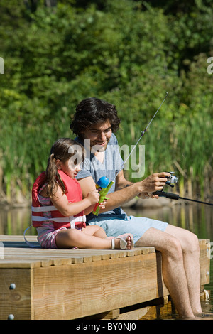 Vater und Tochter, Angeln vom Steg - Stockfoto