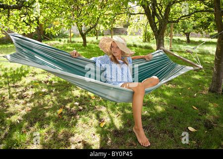 Junge Frau in Hängematte entspannen - Stockfoto