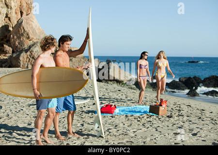 Männliche Surfer am Strand - Stockfoto