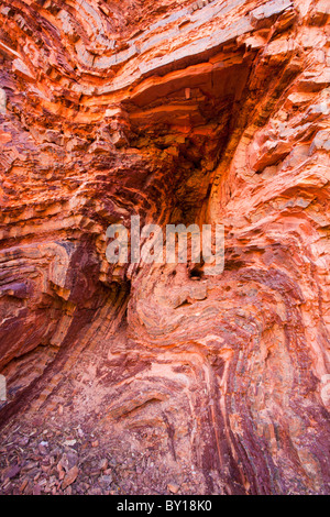 Severe tektonischen Faltung in Hamersley Gorge, Karijini-Nationalpark, Pilbara, Western Australia - Stockfoto