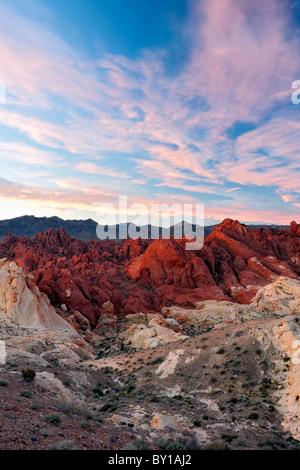 Sonnenaufgang Wolken treiben über Fire Canyon in Nevada des Valley of Fire State Park. - Stockfoto