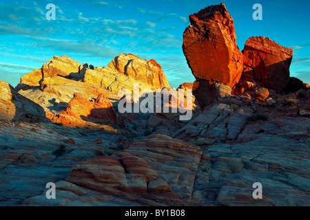 Erstes Licht taucht die Sandstein-Landschaft in Nevadas Valley of Fire State Park. - Stockfoto