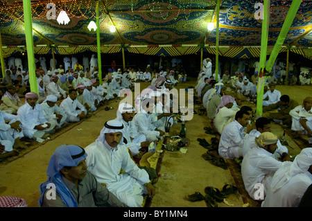 Sitzende Gaste Erwarten Unterhaltung Wahrend Einer Traditionellen