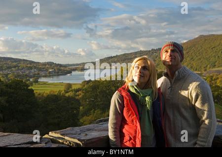 Paar Sightseeing am Dolbadarn Burg Llanberis mit Llyn Padarn im Hintergrund. (MR) - Stockfoto