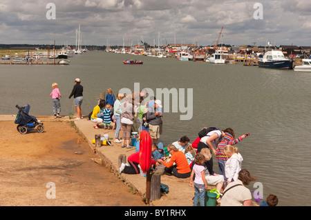 Menschen, die Verdrehungen bei Walberswick, Suffolk, England, Großbritannien, Uk - Stockfoto