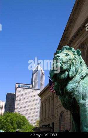 Löwe aus Bronze-Statue am Eingang des Art Institute of Chicago Gebäude in Chicago, Illinois, USA. - Stockfoto
