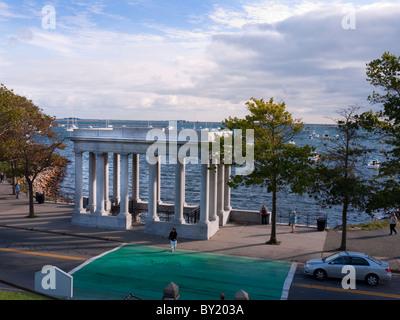 Die griechische Portikus über die Plymouth Felsen, wo die Pilgerväter in Plymouth Massachusetts USA gelandet - Stockfoto