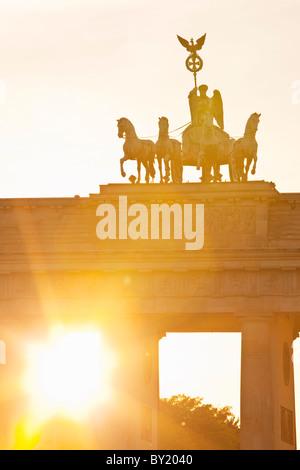 Deutschland, Berlin, Brandenburger Tor bei Sonnenuntergang - Stockfoto