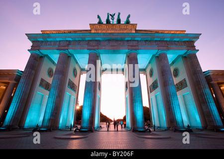 Deutschland, Berlin, Brandenburger Tor während des Festival of Lights Dämmerung beleuchtet - Stockfoto