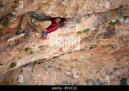 Ein Mann Felsen klettert in Spanien. - Stockfoto
