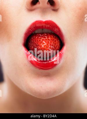 weiße Frau beißen auf einen stawberry - Stockfoto