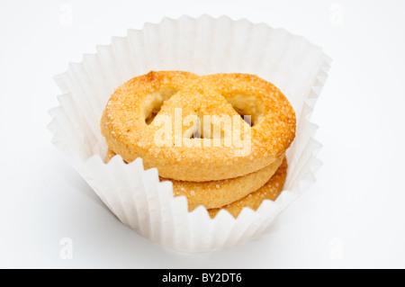 Brezeln in Muffin-Cup über hellgrauen Hintergrund - Stockfoto