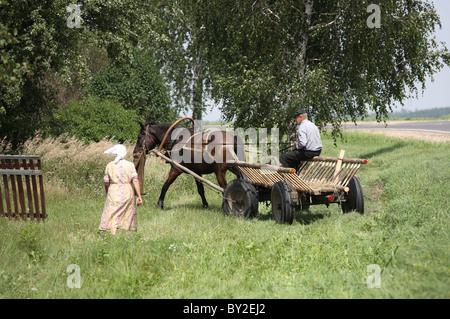 Ein alter Bauer auf seinem Weg zu einem Feld, Gruszauka, Weißrussland - Stockfoto
