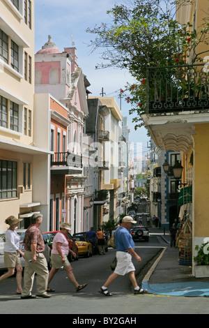 Touristen, die die Straßen in Old Town San Juan Puerto Rico - Stockfoto