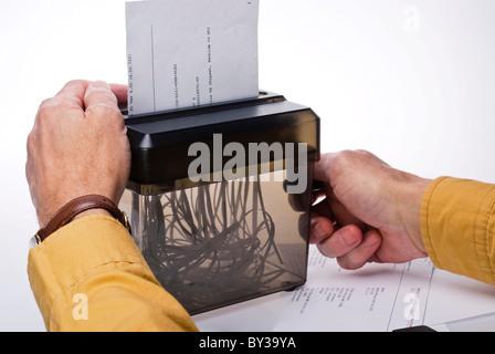 Mann drehen der Kurbel eines manuellen Häcksler - Stockfoto