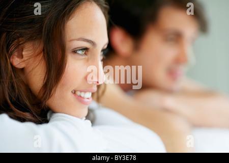 Südafrika, junges Paar lächelnd und wegsehen, Fokus auf Vordergrund - Stockfoto