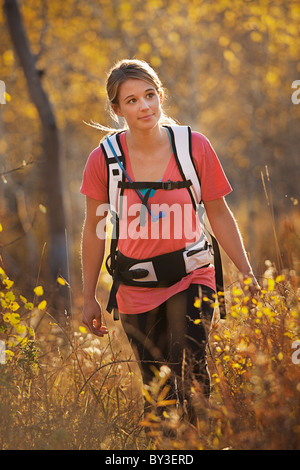 USA, Utah, junge Frau im Wald wandern - Stockfoto